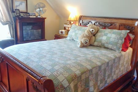 Immaculate room overlooking pond - Hamilton