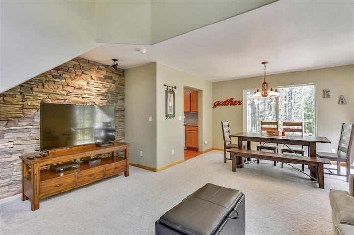 Truckee, CA -  Bright & Sunny 2 BR /2.5 BA Town-home in lower Tahoe Donner