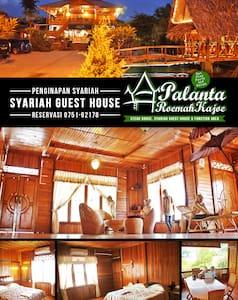 GUESTHOUSE Palanta Roemah Kajoe - Padang - Gæstehus