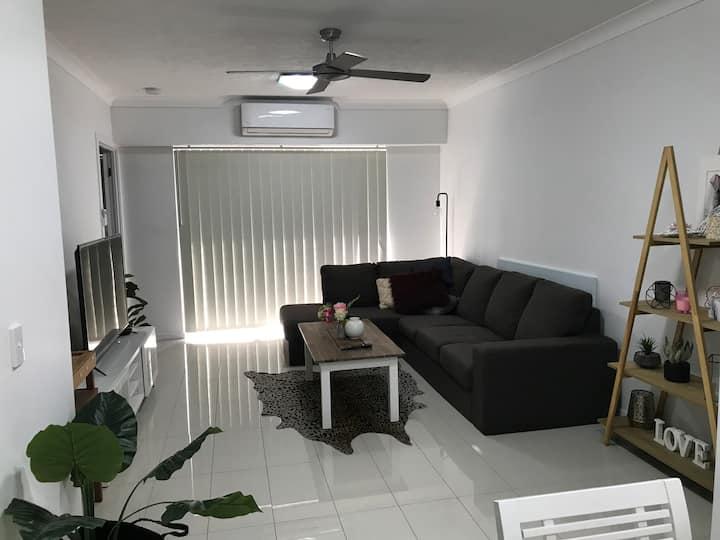 Modern Apartment 2bed / 2 bath A/C + Parking