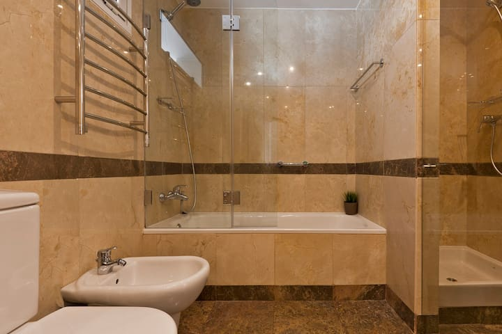 WC1 - Private Bathroom with Bathtub and Shower