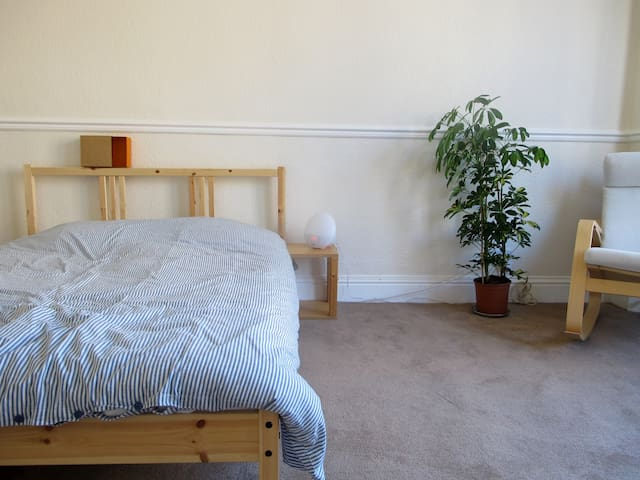Bright double bedroom in Glasgow Southside