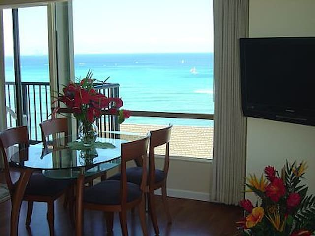Ocean Front 1B/2B Fabulous & Best Location Waikiki