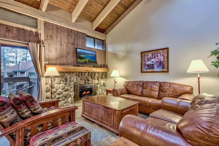4-Br, Updated Mountain Style Townhome steps from Lake Tahoe