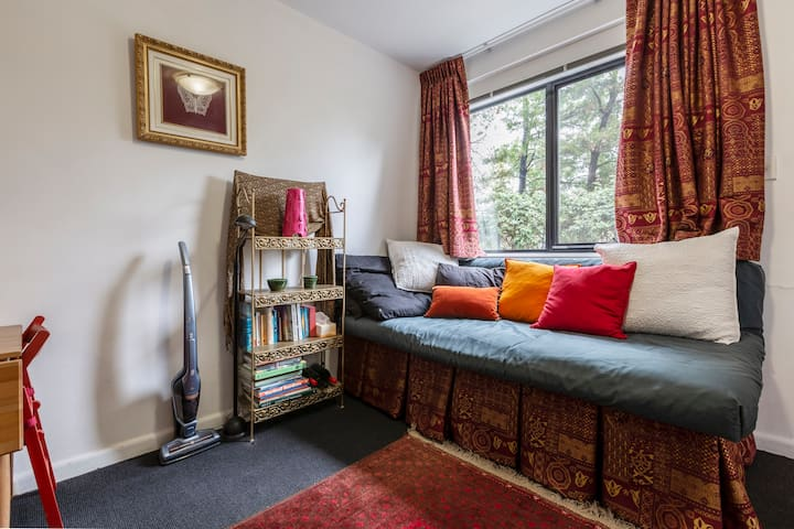 Comfortable, Cosy  Apartment Facing Park in Elwood