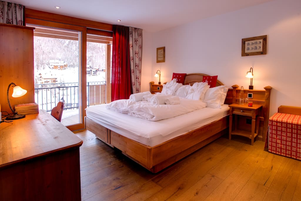 Sleeps 10 with 5 double bedrooms and 5 bathrooms.