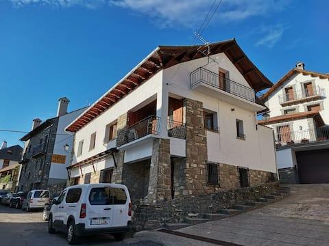 Alojamiento en Ansó con Jardín y garaje.