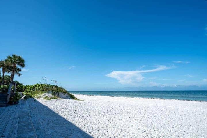 10 STEPS TO THE BEACH! ENJOY OUR ROMANTIC BEACH PARADISE!