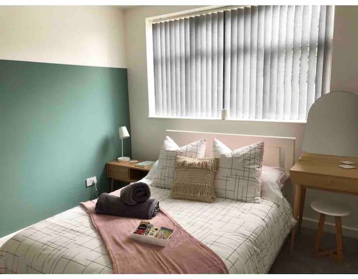 Private room in shared flat, close to Ricoh Arena
