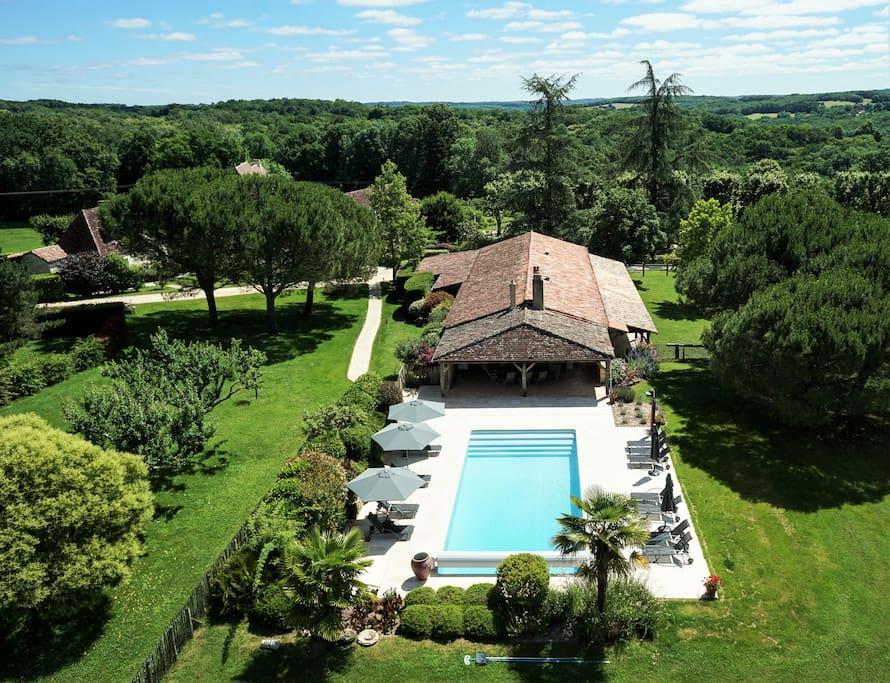 La superbe piscine du Domaine de La Valette est à votre disposition pour un moment de relaxation et de fraicheur