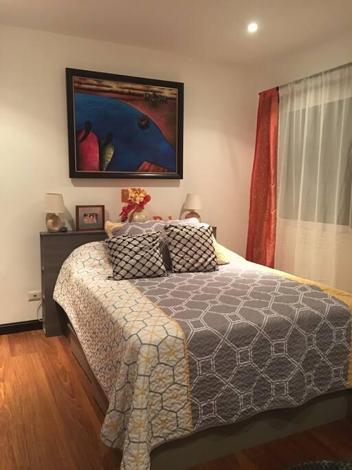 Habitación que podrás utilizar durante tu estadía, cama queen. Black out si eres dormilón (a).