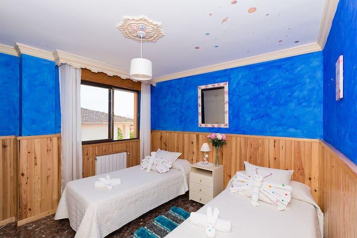 Dormitorio con vistas a la montaña.