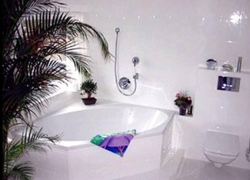 Badezimmer mit Duschr & Badewanne