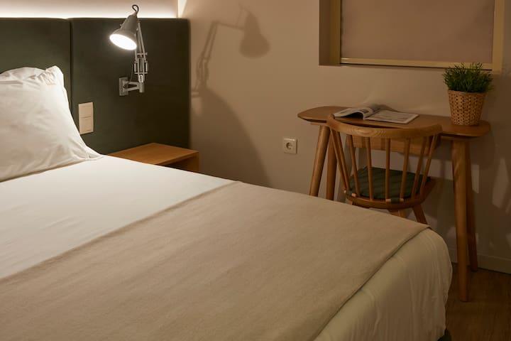 A DOURWIN HOUSE Alecrim dispõe de 2 quartos, cada um equipado com cama de casal. Este quarto dispõe de uma secretária com vista rio.