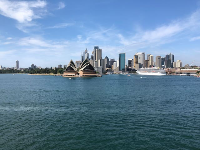 SYDNEY: ICONIC VIEWS AT HARBOUR'S EDGE