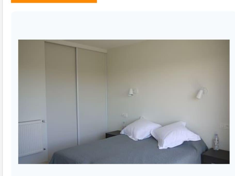 grande chambre LIT 160 ou 2 lits 80 donnant sur grand balcon rangements