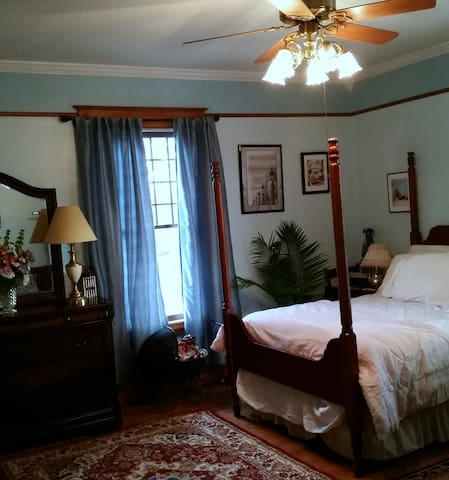 Spacious room in historic 100 yr old home - Winston-Salem - Casa