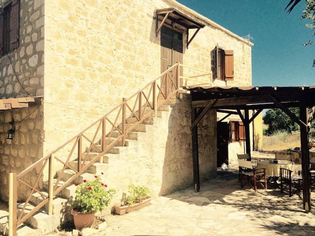 Stonehouse in  traditional village - Kato Arodes - Casa