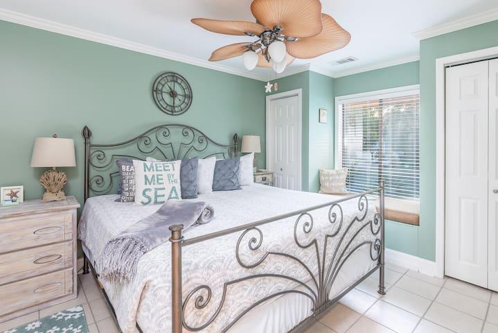 Bedroom w/ King Bed