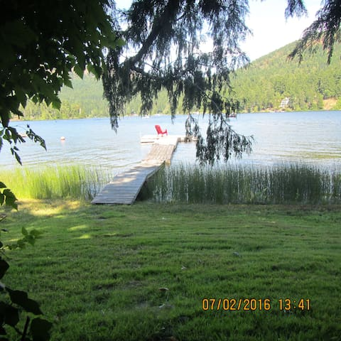 Lakeside Cottage with Private Dock - Shawnigan Lake - Cabaña