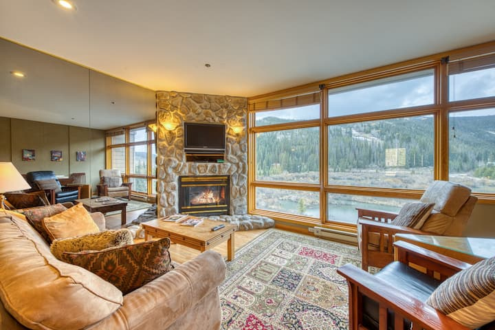 Walk to the slopes from this remodeled condo in a convenient location