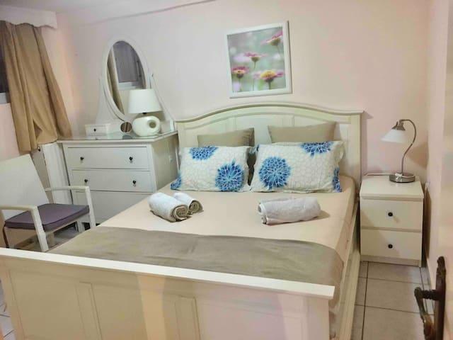 BEDROOM 1 GARDEN APARTMENT ( BED 160-200cm)