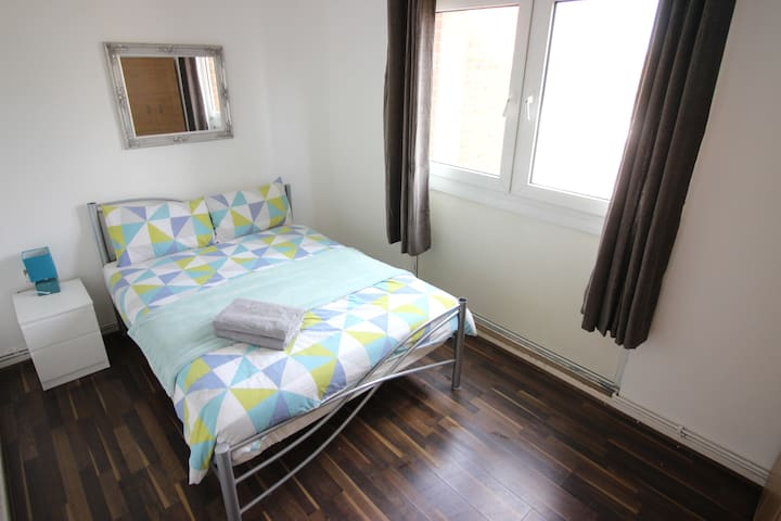 (HYP-C)PRIVATE ROOM FOR 2 NEXT TO VICTORIA PARK