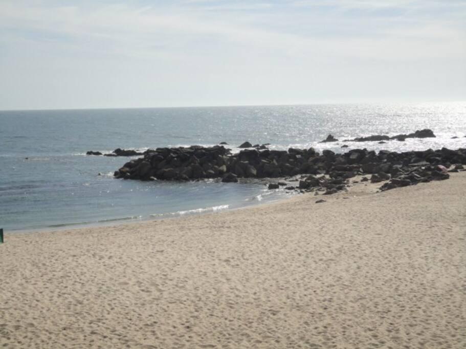 Praia a 300 metros com esplanadas