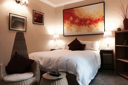 The Pepper Tree Cottage - The Shiraz Room - Sandton