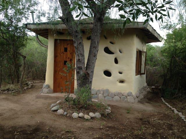 Cabañita de bioconstrucción  en eco-lab Yacumama - San Marcos Sierras - Casa de campo