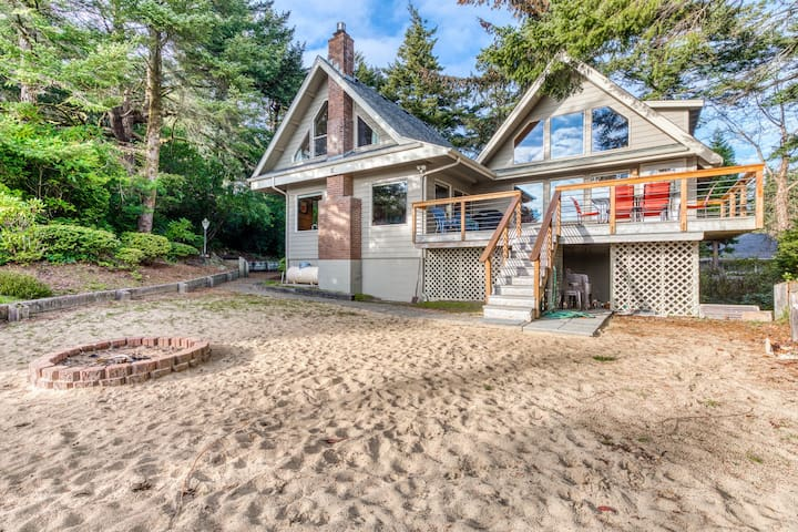 Gorgeous riverfront house w/ entertainment, near Bay Street and the beach!