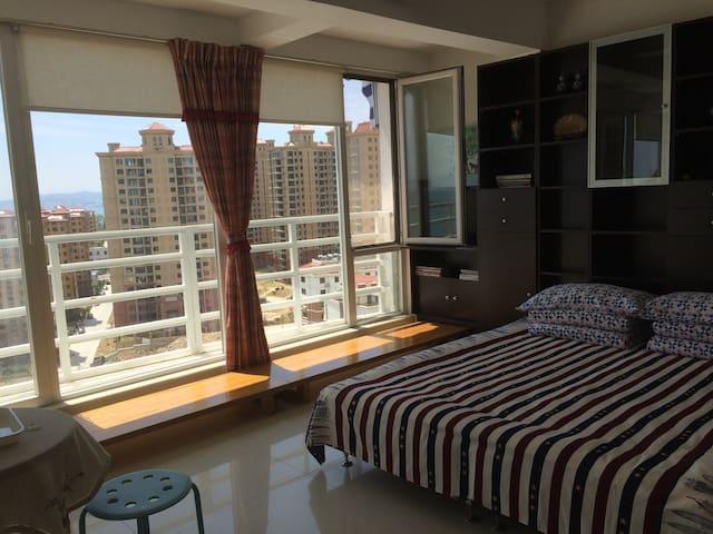 伴月湾高层海景舒适度假二居公寓,带车位 - 威海市 - Apartament