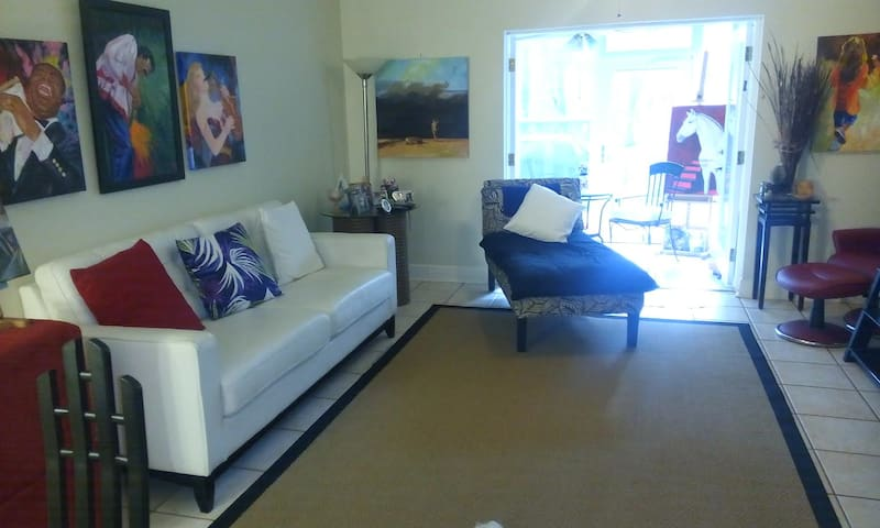 Private Room/Bath in Artsy Centrally Located T/H - Tampa - Szeregowiec