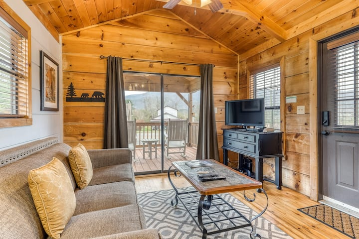 Cozy cabin with private hot tub and fire pit - close to national park & hiking!