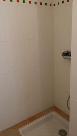 Douche dans salle d'eau