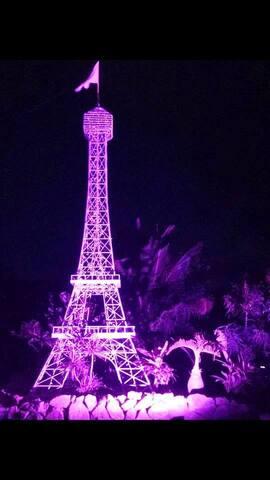 Tour Eiffel géante à l'entrée