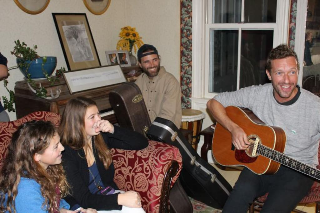 Chris Martin of COLDPLAY stayed at the Hygeia a while back and was gracious enough to entertain us as well.