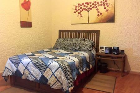 Quiet room in Bosque de La Primavera, Guadalajara - Pinar de la Venta - 단독주택