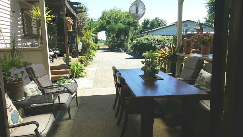 Relax & enjoy.Like country living.1 min from mtrwy