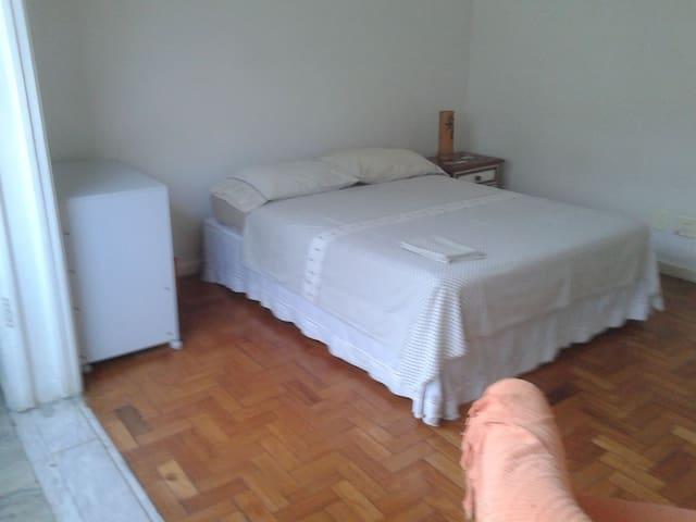 O mesmo quarto preparado para casal.