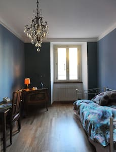Colorful single room in art residence-Ivrea centre - Ivrea - Bed & Breakfast - 1