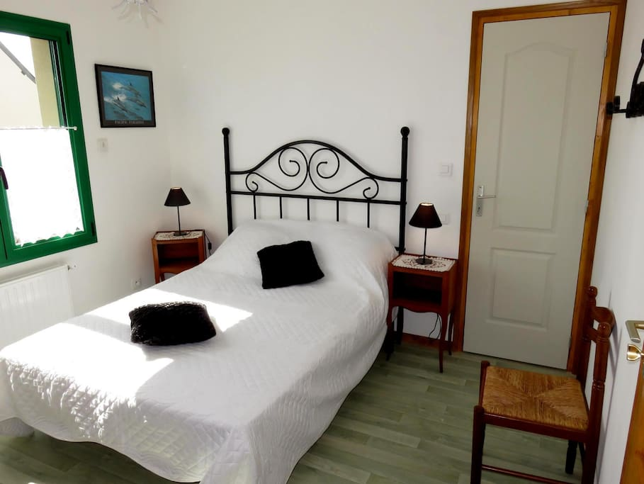 cancale chambre h te mongarni les crolles bed and breakfasts for rent in cancale bretagne. Black Bedroom Furniture Sets. Home Design Ideas