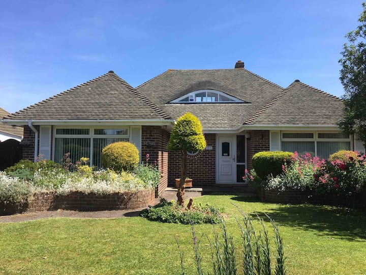 Detached bungalow near beach with private garden