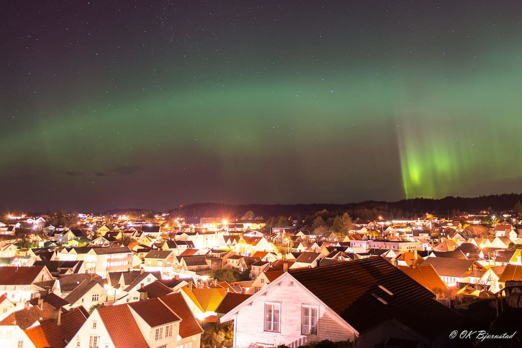 Beautiful photo of our house under the Northern lights taken by our friend Oskar Bjørnestad.