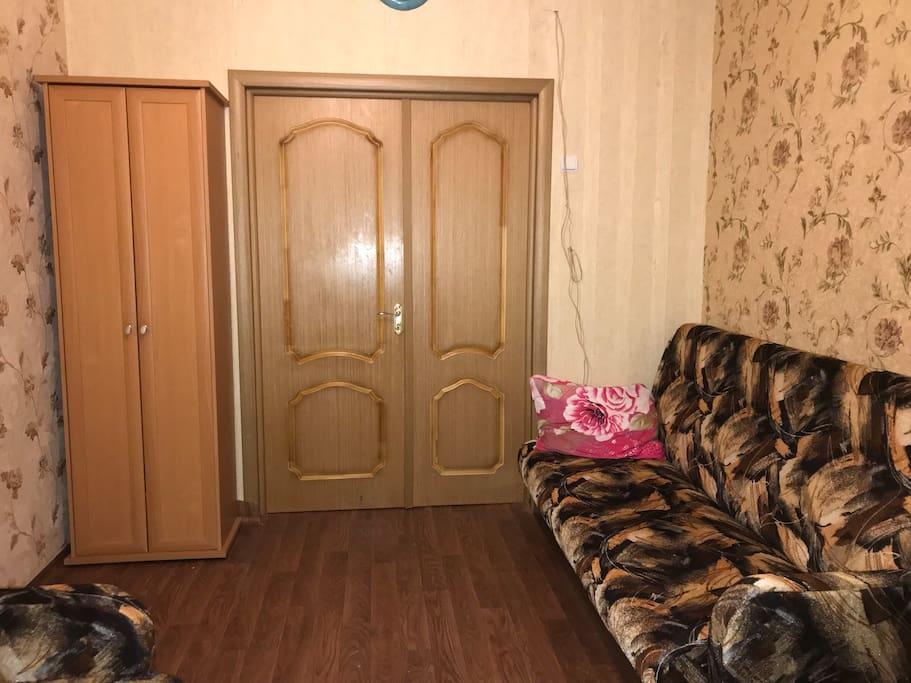 Дверь в комнату,шкаф для гостей