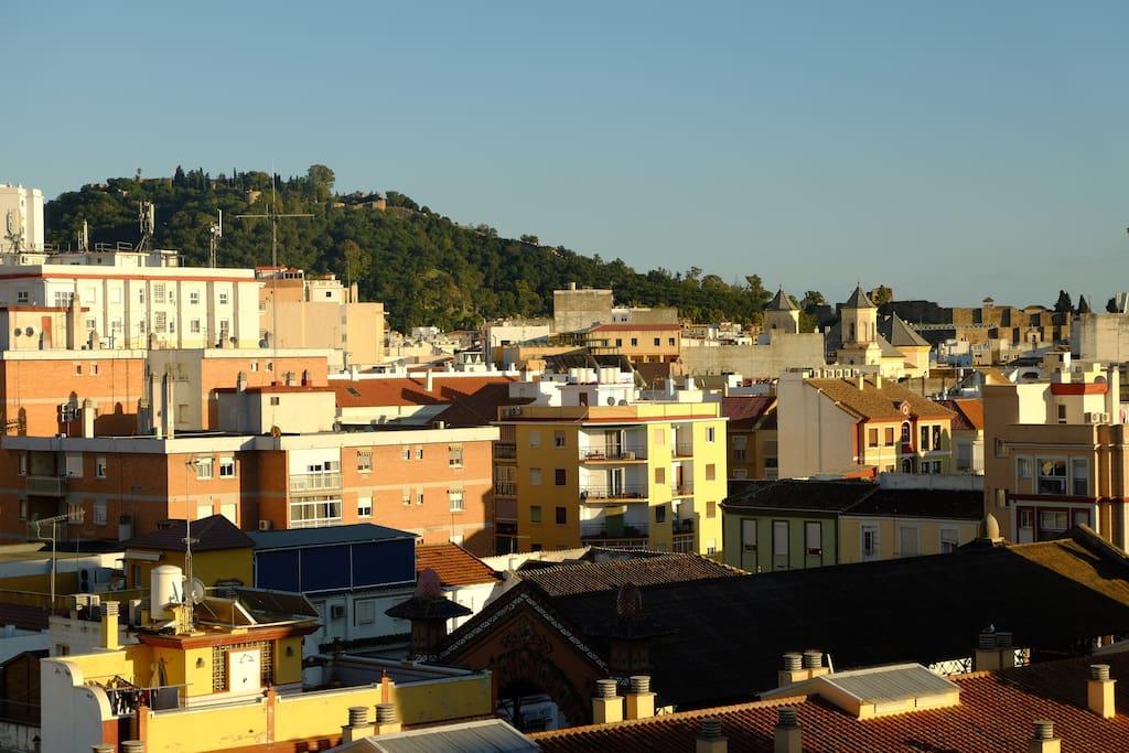 Vistas desde el dormitorio Castillo  de Gibralfaro, Alcazaba y mercado municipal (abajo a la derecha)