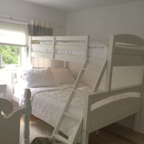 3rd bedroom with 2 twins and 1 full size bed