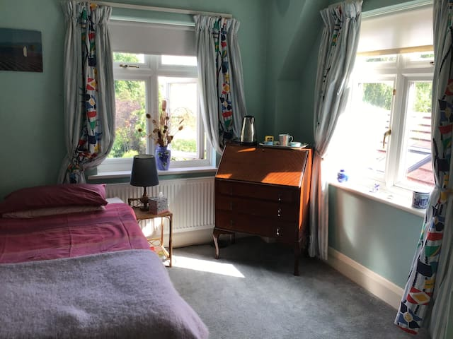Single room + free parking, shared shower room/loo