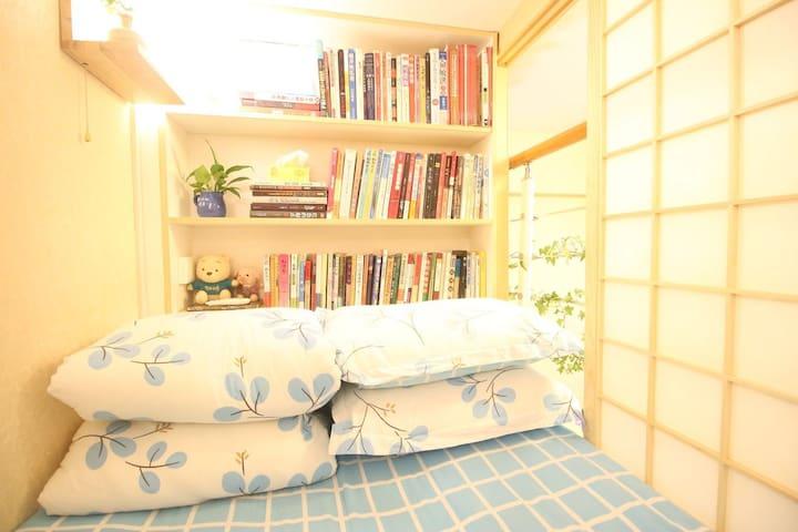 榻榻米平时是铺成床的,如需保留成榻榻米,请提前告知.