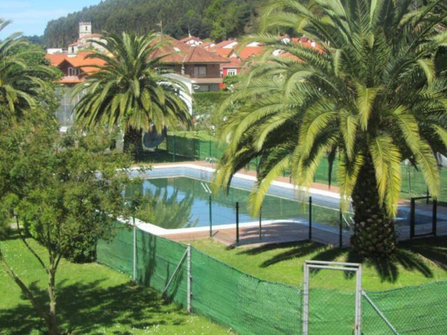 Piscina y cancha de tenis en urbanizacion privada